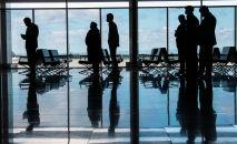 Люди в бишкекском аэропорту Манас. Архивное фото