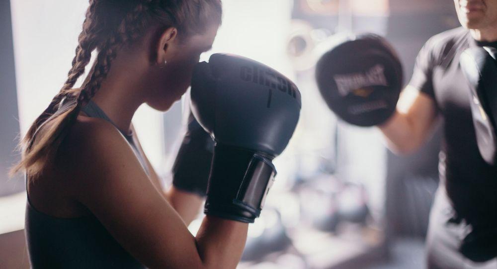 Девушка во время занятий по боксу. Архивное фото