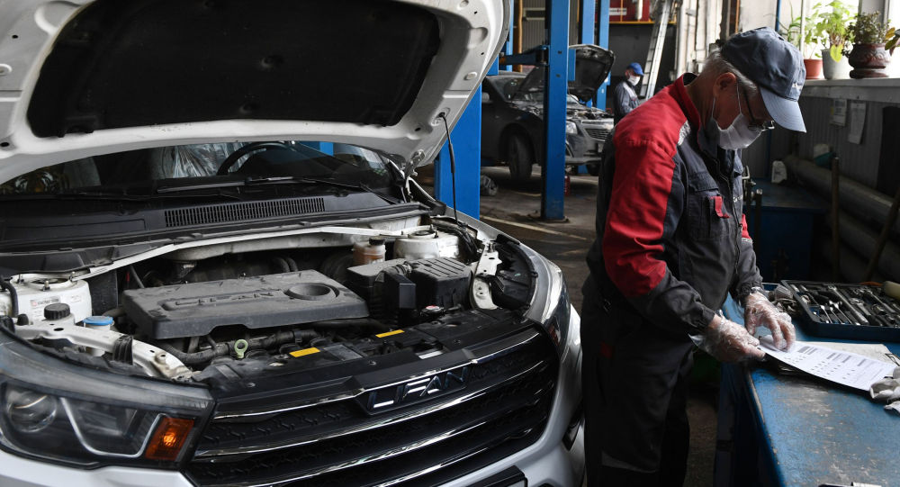 Сотрудник автосалона во время работы. Архивное фото