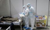 Медицинские работники лечат пациентов, страдающих COVID-19