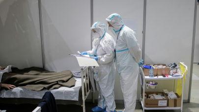 Медициналык кызматкерлер COVID-19 менен ооругандарды дарылап жатышат