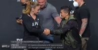 Чемпионка из Кыргызстана Валентина Шевченко и бразильянка Джессика Андраде провели дуэль взглядов перед боем на турнире UFC 261.