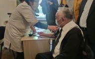 Доктор медицинских наук, профессор Мамбет Мамакеев во время вакцинации Спутник V