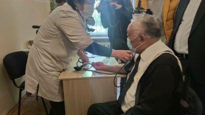 Белгилүү хирург Мамбет Мамакеев Спутник V вакцинасы менен эмдөө учурунда