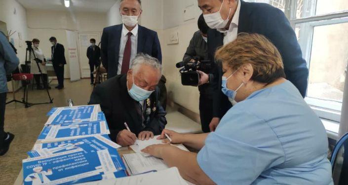 Почетный директор Национального хирургического центра, доктор медицинских наук, профессор Мамбет Мамакеев первым вакцинировался препаратом Спутник V. 23 апреля 2021 года