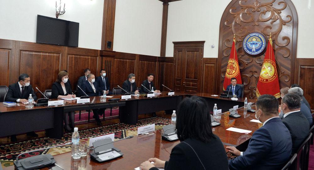 Президент Кыргызстана Садыр Жапаров во время встречи с членами Совета по отбору судей, состав которого был утвержден Жогорку Кенешем