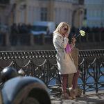 Девушка с цветами. Набережные Санкт-Петербурга — излюбленные места встречи для молодых пар.