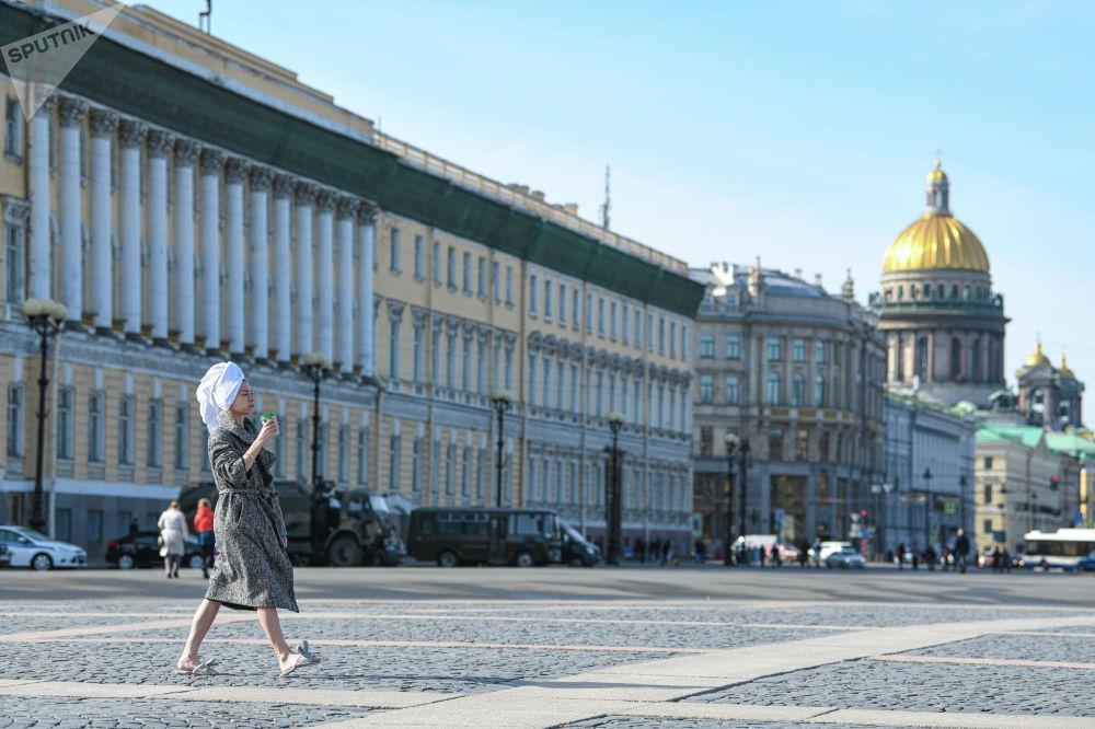 Дворцовая площадь — главная площадь Санкт-Петербурга и одна из красивейших в мире. Тут расположены Зимний дворец, здания Главного штаба и штаба Гвардейского корпуса, Александровская колонна.