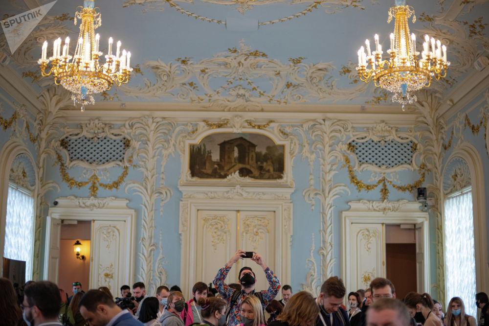 Зимний дворец — парадная резиденция дома Романовых, образующая современный Эрмитаж. Был построен в середине XVIII века в Санкт-Петербурге по приказу императрицы Елизаветы.