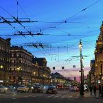 Нева проспекти — Санкт-Петербургдагы эң байыркы көчөлөрдүн бири. Бул жерде азыр да көп салтанаттар өтүп турат жана туристтердин аягы үзүлбөгөн аймак.