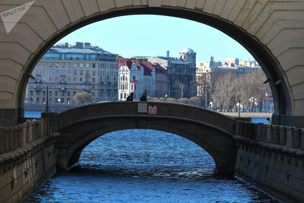 Мост через реку Мойку в Санкт-Петербурге. Древнее название реки — Мья, происходит от финского мую — грязь. Одно время на набережной стояли общественные бани, поэтому она получила название Мойка.