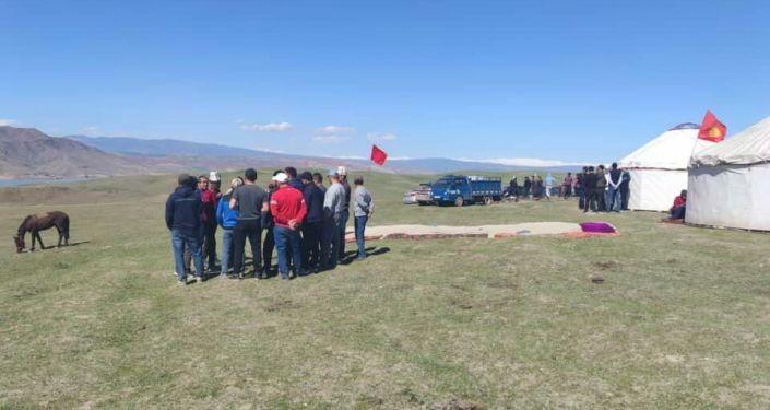 Митинг у Кемпир-Абадского в Узгенском районе против передачи земли вокруг Кемпир-Абадского водохранилища Узбекистану