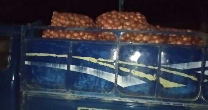 Автомашина Hyundai Porter незаконно вывозившая 120 мешков репчатого лука из Таджикистана в Кыргызстан в местности Сай Лейлекского района