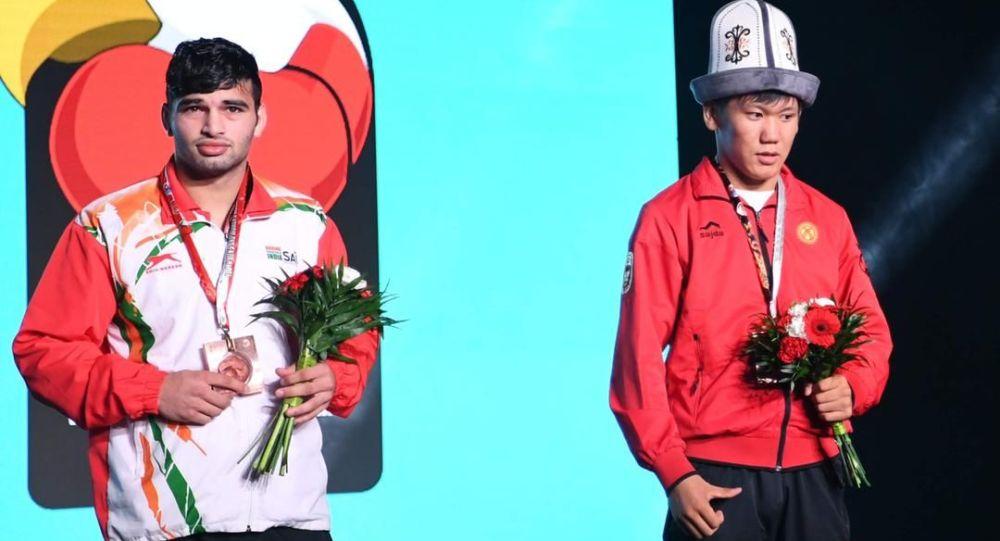 Боксчу Жантөрө Ташиев (оң жакта) дүйнө чемпионатында утту