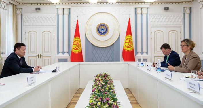 Торага ЖК КР Талант Мамытов во время встречи с постоянным представителем программы развития ООН в Кыргызстане Луизой Чемберлен. 23 апреля 2021 года