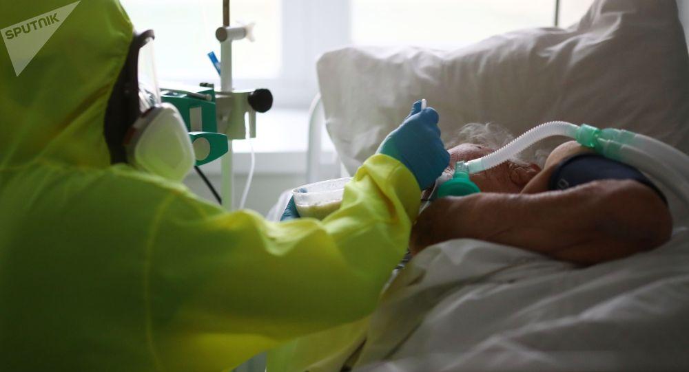 Медицинский работник кормит пациента в клинической больнице. Архивное фото