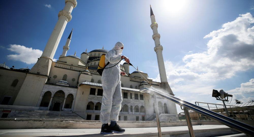 Анкарада жайгашкан Кожатепе мечитинин алдында дезинфекция иштери. Архивдик сүрөт