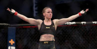 Чемпионка UFC из Кыргызстана Валентина Шевченко празднует победу над Джессикой Андраде