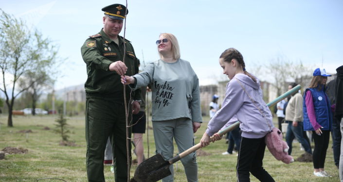 В столичном парке Ынтымак состоялась акция по высадке деревьев — мероприятие посвящено 80-летию начала блокады Ленинграда.