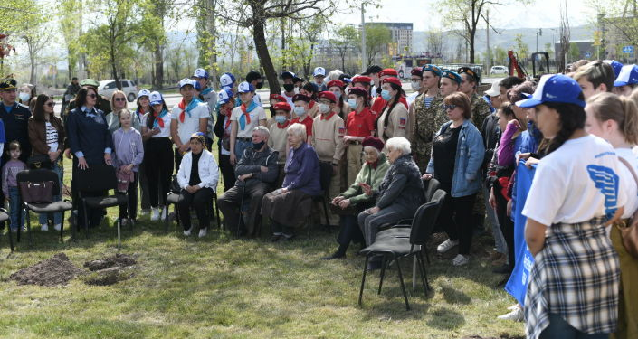 В бишкекском парке Ынтымак состоялась акция по высадке деревьев, посвященная 80-летию начала блокады Ленинграда
