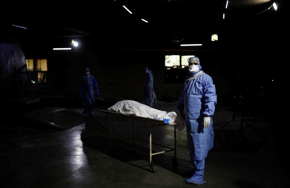 Смертность от COVID-19 в Индии бьет рекорды, крематории не справляются с возросшей нагрузкой