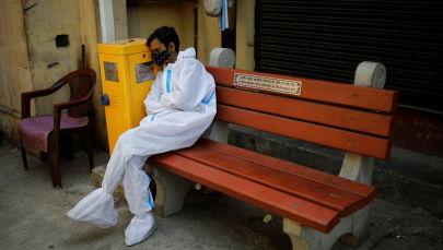 Обессиленный медицинский работник во время отдыха. Архивное фото