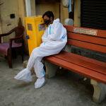 Уставший медицинский работник отдыхает в крематории
