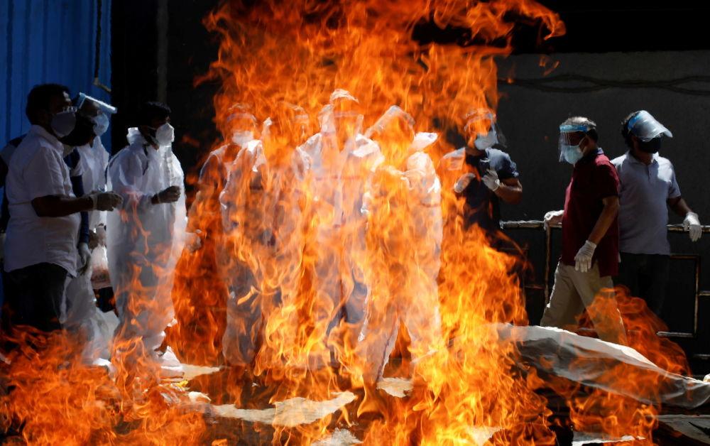 Нью-Делидеги крематорийлердин биринде COVID-19дан ажал тапкан кишини акыркы сапарга узатуу зыйнаты. Индияда коронавирустан адам өлүмү боюнча көрсөткүч рекорддук чекке жетти, крематорийлер сөөктөрдү өрттөп жетишпей жатат