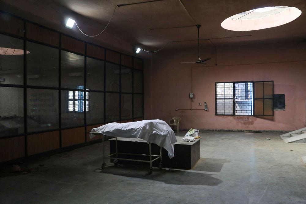 Тело человека, умершего от коронавирусной инфекции, в одном из крематориев в Нью-Дели