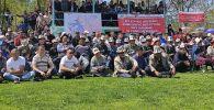 Местные жители на митинге против передачи земли вокруг Кемпир-Абадского водохранилища Узбекистану в Узгенском районе