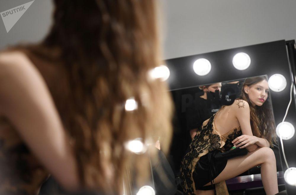 Москванын Зубов бульварындагы музейде өткөн Mercedes-Benz Fashion Week Russia көргөзмөсүнө катышкан модель