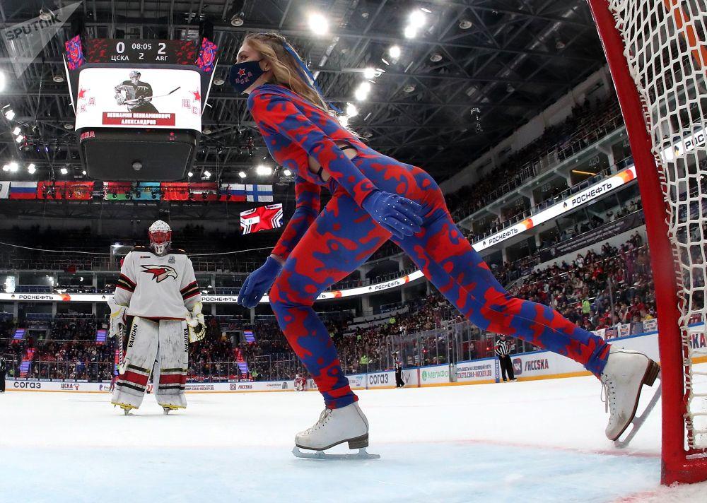 Гагариндин Кубогуна арналган Континенталдык хоккей лигасынын плей-офф баскычындагы беттештеги тыныгуу учурунда ЦСКА командасын колдогон топтогу кыз