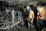 Люди смотрят на больницу Ибн Хатиба после пожара, вызванного взрывом кислородного баллона в Багдаде. Ирак, 25 апреля 2021 года. Архивное фото