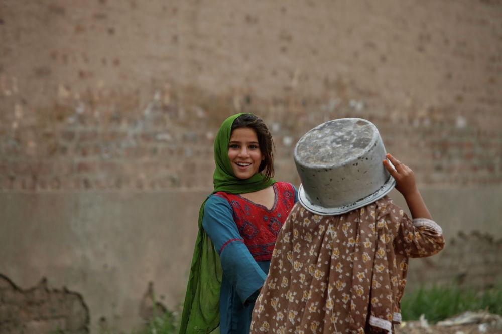 Пешаварда (Пакистан) сууга бара жаткан кыздар
