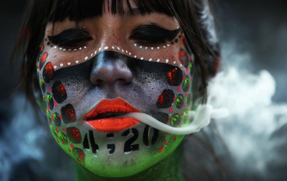 Марихуананы мыйзамдаштыруу жүрүп жаткан тушта Мехико сенатынын имаратынын жанында бетине боёк сүртүлгөн кыз марихуана чегип турат. Мексика марихунаны толук мыйзамдаштыруунун алдында турат. Буга байланышкан мыйзам конгресстен колдоо тапты. Эми сенат бекиткенден соң президент кол коюшу керек