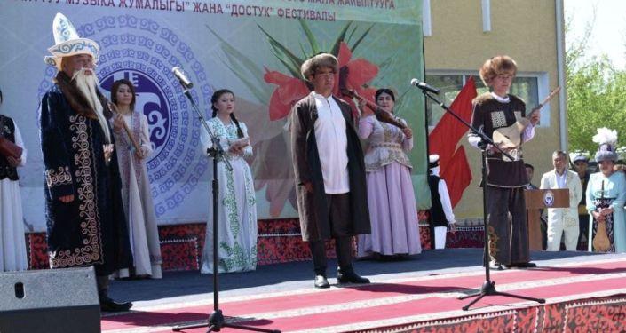 Фестиваль Неделя традиционной музыки и Дружбы в Баткене, где прошел парад национальных костюмов и продолжился выставкой ремесел.