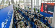 Журналисты смотрят экран, на котором президент Китая Си Цзиньпин выступает с речью на открытии Ежегодной конференции Боаоского азиатского форума (БФА) 2021 года в Боао, провинция Хайнань на юге Китая