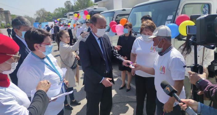 Церемония передачи в виде гуманитарной помощи восьми авторефрижераторов для транспортировки вакцины