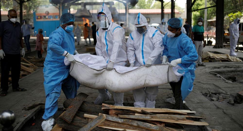 Медицина кызматкерлери жана туугандары Нью-Делиде коронавирустун айынан каза болгон адамдын сөөгүн көтөрүп жатышат