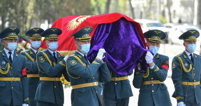 Церемония прощания с народным писателем КР Бексултаном Жакиевым возле Кыргызского национального театра оперы и балета имени Абдыласа Малдыбаева. 26 апреля 2021 года