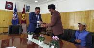 Нарында турган памирлик кыргыздар паспорт алышты