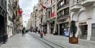 Стамбулдагы көчөлөрдүн бириндеги кишилер