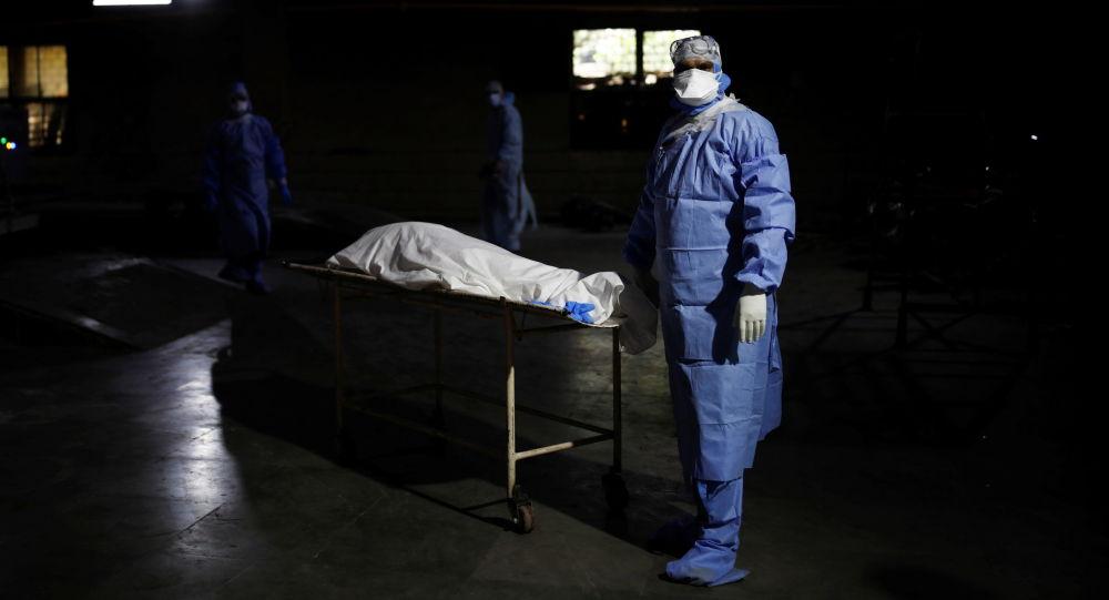 Нью-Делидеги крематорийде COVID-19дан каза болгон кишинин жанында медициналык кызматкер