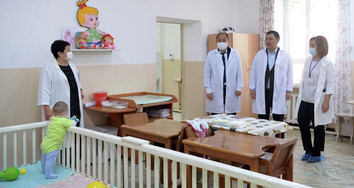 Президент КР Садыр Жапаров посетил Специализированный центр реабилитации детей и семьи (СЦРДиС) в Бишкеке. 27 апреля 2021 года