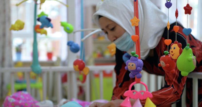 Работница Специализированного центра реабилитации детей и семьи (СЦРДиС) в Бишкеке. 27 апреля 2021 года