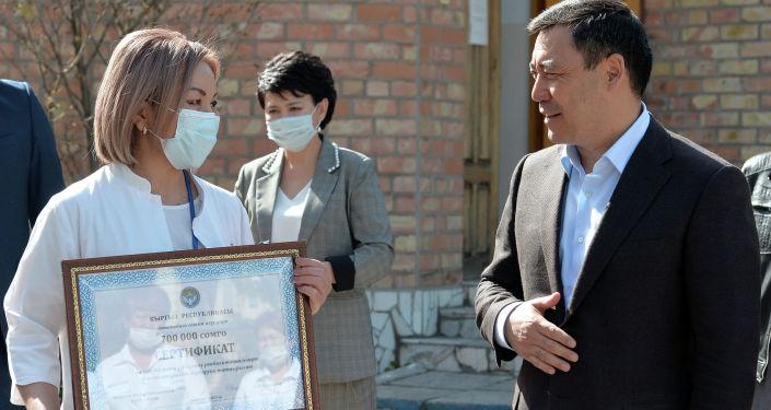 Президент КР Садыр Жапаров во время посещения Специализированного центра реабилитации детей и семьи (СЦРДиС) в Бишкеке. 27 апреля 2021 года
