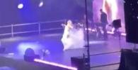 Известная российская певица Полина Гагарина вывихнула плечо во время выступления на сцене. Вследствие случившегося она была вынуждена прервать выступление.