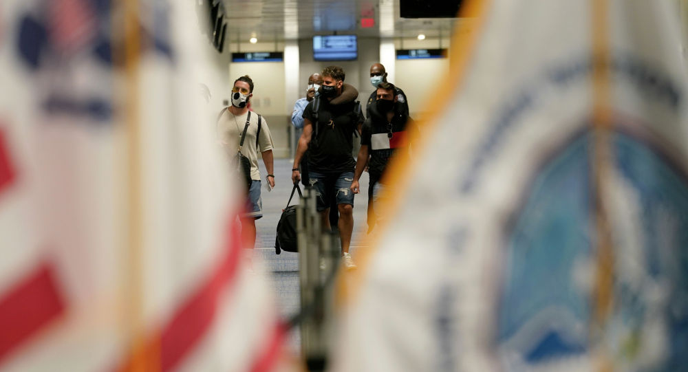 Майами аэропортундагы жүргүнчүлөр. Архив