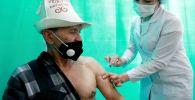 Бишкекте киши COVID-19дан каршы Спутник V вакцинасы менен эмделип жатат