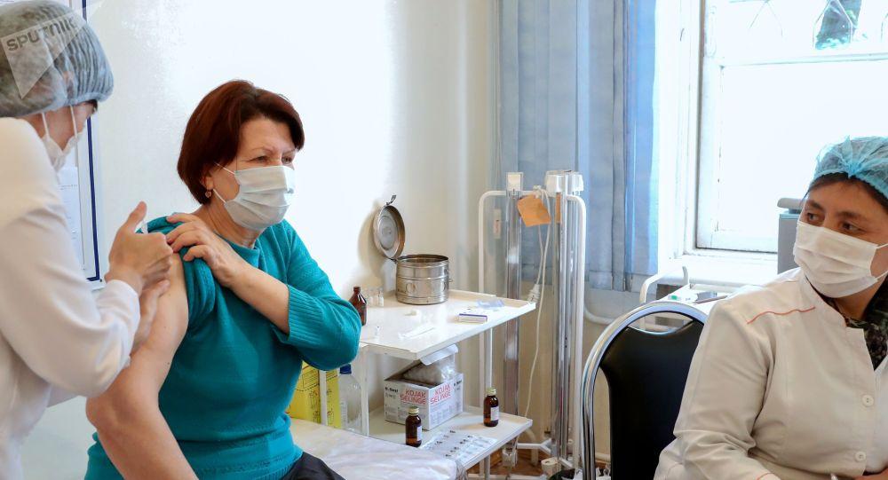 Женщина вакцинируется от COVID-19 российской вакциной Спутник V (Гам-КОВИД-Вак) в Центре семейной медицины №6 в Бишкеке.